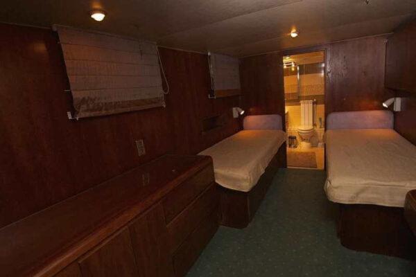 Яхта Broward каюта