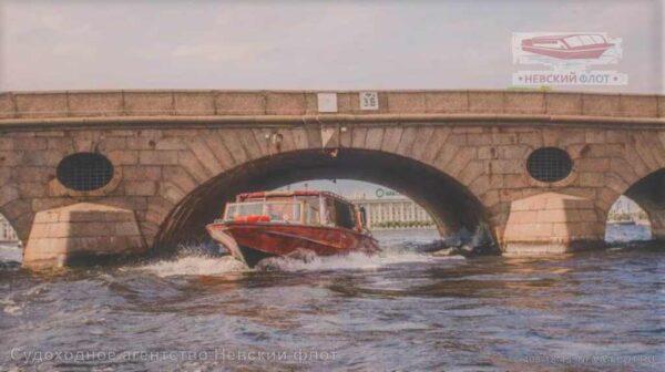 катер Византия под мостом